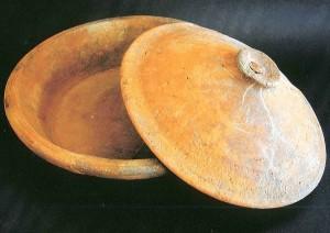 tegame e coperchio in ceramica da fuoco di Pantelleria recuperati del relitto di Scauri